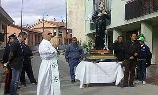 Santomenna: guerra durante la processione di San Gerardo. Il sindaco si toglie la fascia tricolore per protesta contro il razzismo