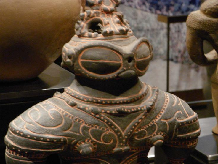 Кстати, в самом древнем упоминании о Японии в китайской рукописи III века «Гисиваджинден» говорится о мужчинах Ва, которые прыгают в воду за рыбой и ракушками, краской наносят на свои лица и тела особые рисунки. И хотя стиль племенных татуировок не нашёл продолжения среди японцев, его всё ещё можно увидеть у других тихоокеанских жителей, например, у маори в Новой Зеландии.  Источник: http://nlo-mir.ru/civilizacia/28440-issleduja-figurki-dogu-8-foto0.html