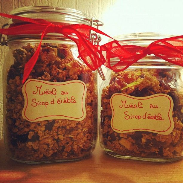 Vite une idée de cadeaux de Noël de dernière minute originale et gourmande : un (ou dans mon cas deux) pot de Muësli au Sirop d'érable fait maison ! Non seulement c'est délicieux (j'en ai goûté des...