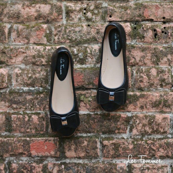 Triya, sepatu flats yang simple dengan ornamen pita berlapis dan beraksen laser cut. So chic! Detail sepatu : • Warna Black dan Coffee • Ukuran 35-41 • Harga 199,000  Order via : Website : www.lesfemmes.co.id SMS / WA : 081284789737 Email : care@lesfemmes.co.id  Happy shopping!