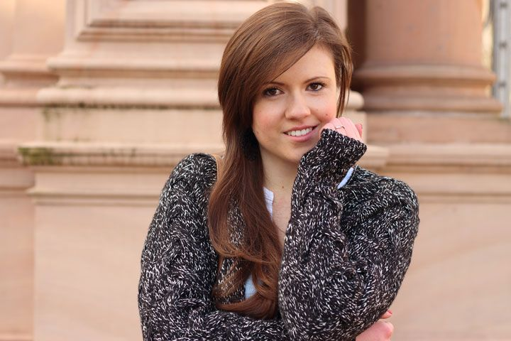 Smile for me. Hübsches Mädchen mit langen braunen Haaren. Grau melierter Cardigan. Smile. Lächeln. Outfit Inspiration. Justmyself #cardigan #fashion #mode #streetstyle #blogger #fashionblogger #modeblogger #inspiration #outfit #brownhair #braunehaare # smile #happygirl #beautiful #pretty #spring #frühling