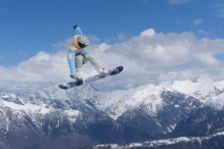 Menaklukan tanjakan-tanjakan tinggi pegunungan salju bukanlah perkara mudah. Cukup melaju dengan kecepatan tinggi dan menjaga keseimbangan badan diatas papan seluncur. Tapi percaya deh, kamu membutuhkan puluhan kali latihan sebelum mendapatkan lompatan yang sempurna seperti para snowboarder. Lewat akun resmi SnowboardProCamp dalam situs Youtube berikut ini, profesional snowboarder akan memberikan 3 panduan jitu untuk kamu yang …
