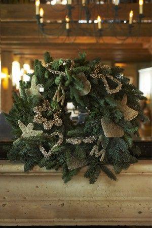 Kerstkrans versierd met accessoires van Riviera Maison. Deze glamorous ornamenten van Riviera Maison zijn niet alleen leuk voor in de kerstboom maar doen het ook goed als versiering in een blauwsparkrans. Riviera Maison