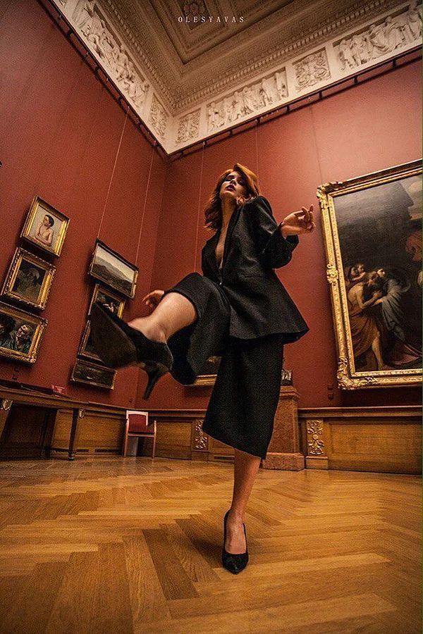 museum photoshoot fashion