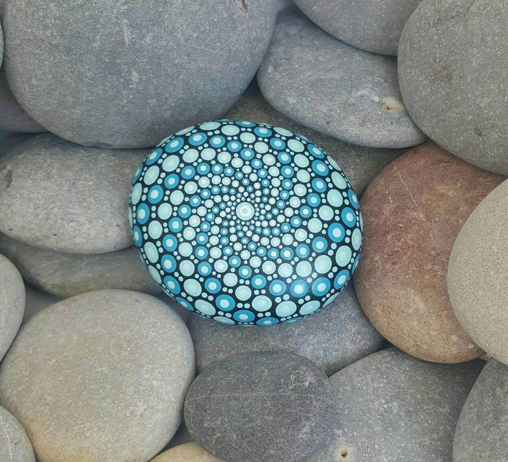 Dipinti a mano Mandala Rock... La roccia è verniciata in nera con un disegno di mix di bella tonalità blu.  È finito con un doppio rivestimento di vernice trasparente.  : Peso 381 Lunghezza: 9,5 cm Larghezza: 8,5 cm Profondità: 4cm (Tutti i formati sono approssima misurata nel punto più largo di ogni elemento come ogni elemento varia in quanto si tratta di roccia naturale).  Se avete una richiesta speciale per una roccia di mandala, non esitate a contattarci! Forse hai una richiesta di…