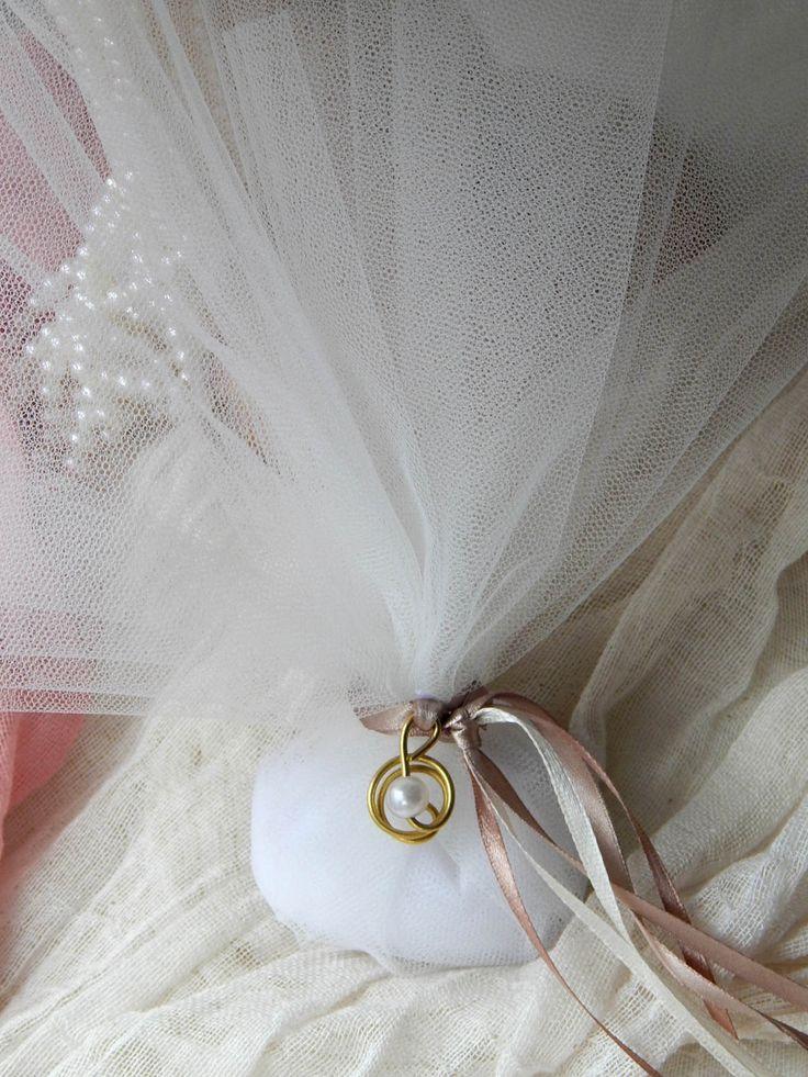 Κλασική μπομπονιέρα γάμου - τούλι και μεταλλικό στοιχείο με πέρλα #mpomponieres #bomboniere #wedding #πέρλες #γάμος #τούλι