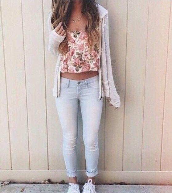 Jeans claros - zapatillas blancas - polera floreada de color suave - poleron plomo