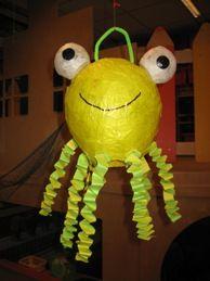 * Octopus: Ballon met geel vliegerpapier beplakken. De ogen zijn twee wasbolletjes die met wit vliegerpapier zijn beplakt.