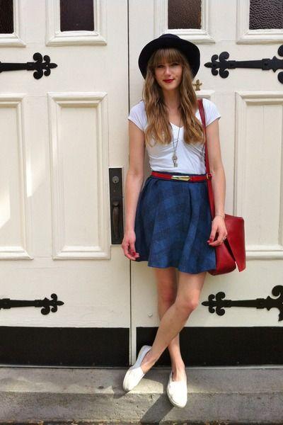 falda corta azul  con sombrero camiseta blanca combinado con zapatos blancos un estilo único para ir de campo