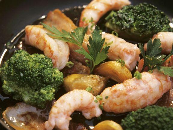 Gebratene Garnelen mit Knoblauch, Brokkoli und Speck ist ein Rezept mit frischen Zutaten aus der Kategorie Krustentiere. Probieren Sie dieses und weitere Rezepte von EAT SMARTER!