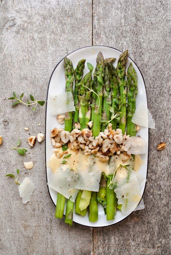 Kuchnia Nastrojowa: Szparagi w sosie holenderskim z orzechami laskowymi i parmezanem | Pyszne!