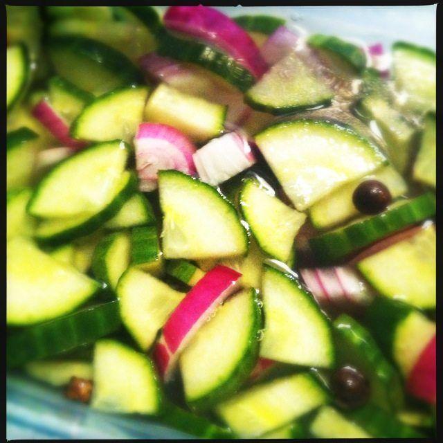 Recept voor zuur van komkommer en rode ui.