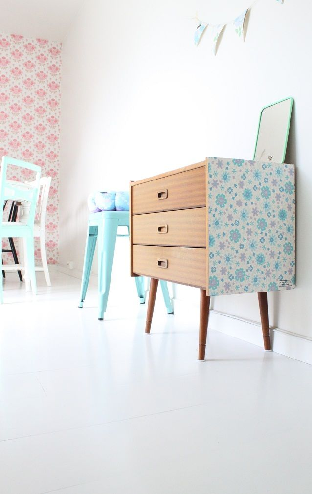 Leuk idee: #behang op zijkant (kringloop) kastje op de #kinderkamer #DIY | wallpaper chest of drawers.