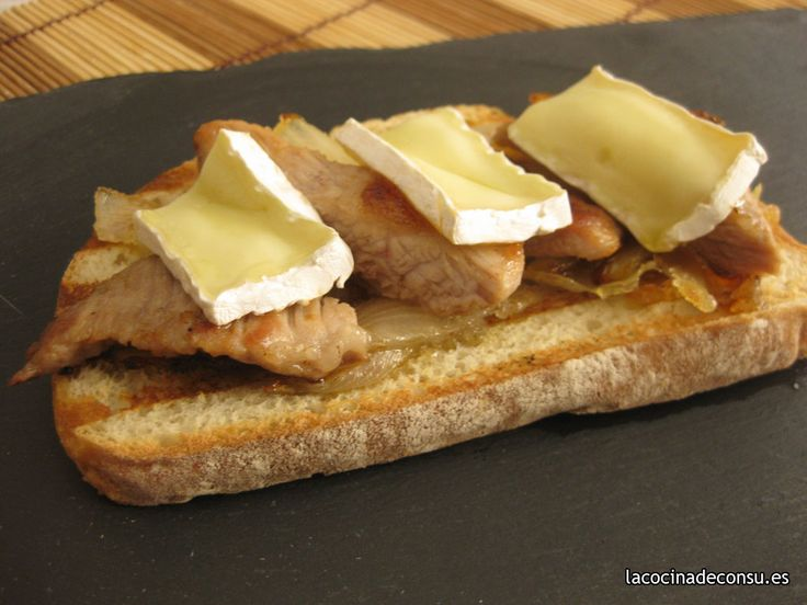 Tosta con secreto ibérico, cebolla caramelizada y queso camembert