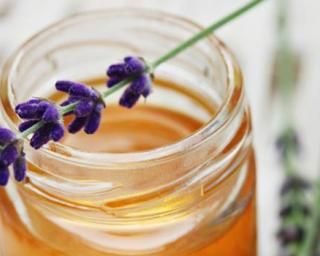 Boisson de grand-mère au miel de lavande pour maux de gorge : http://www.fourchette-et-bikini.fr/recettes/recettes-minceur/boisson-de-grand-mere-au-miel-de-lavande-pour-maux-de-gorge.html