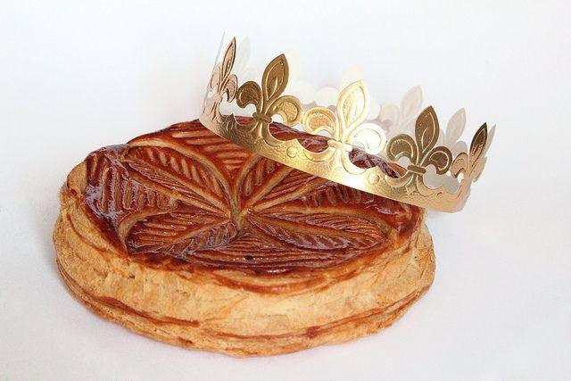 Découvrez la recette ultra simple de la galette des Rois et sa garniture originale aux pommes caramélisées et caramel au beurre salé ! N'oubliez pas la fève !