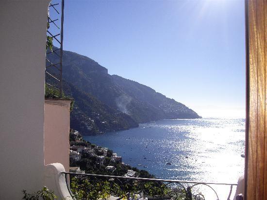 Immagine di Positano, Costiera Amalfitana: Vista del Mediterráneo desde el balcón de mi habitación del hotel - Guarda i 7.774 video e foto amatoriali dei membri di TripAdvisor su Positano.