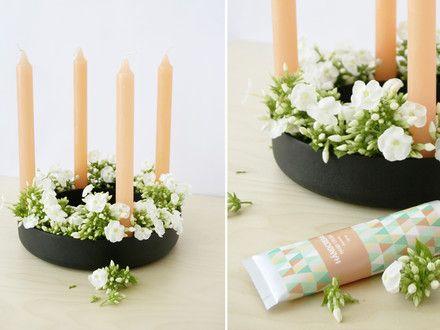 """Auch im Frühling macht sich der """"Gloria""""-Kerzenhalter von Muuto gut: Bloggerin Kea vom Interior-Blog """"hello Mrs Eve"""" arrangiert pfirsichfarbene Kerzen mit frischen Schnittblumen."""