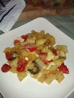 Un'altra variante di come cucinare le patate a forno, ricetta facile e rapida, che con l'aggiunta di pomodorini e mozzarella danno un tipico gusto medite
