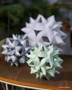 Jeg faldt pladask for papir julekuglerne, som en af mine kollegaers ægtefælle har lavet af stjernestrimler / papirstrimler. Da jeg fa...