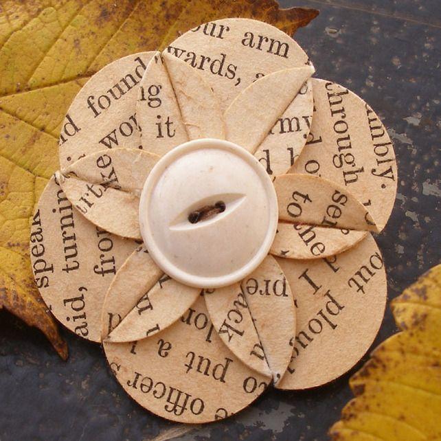 Recycelte Vintage Buchseite Papier Blumenbrosche