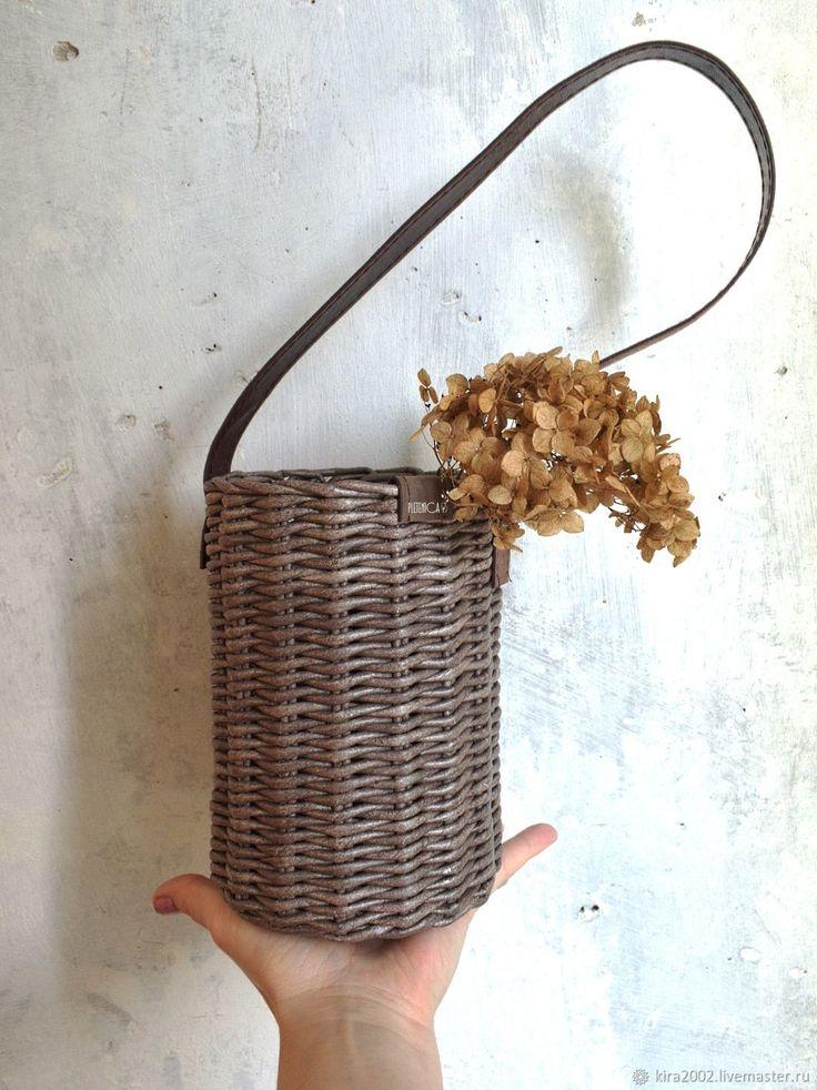 """Купить Плетеная корзина """"Сhocomoco"""", настенная, кожаная ручка - шоколад, кашпо, коричневый, плетение, натуральный"""