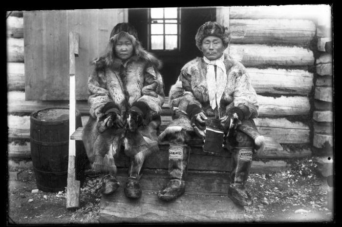 У забайкальских эвенков была очень популярна парка - верхняя зимняя одежда из оленьих шкур мехом наружу. Носили ее и мужчины и женщины.