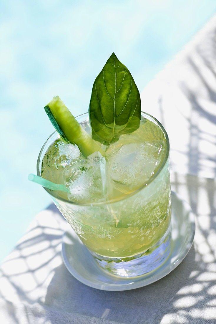 Eistee mit grünem Tee, Limette und Gurke - herrlich erfrischend! http://eatsmarter.de/rezepte/eistee-16