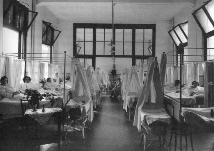 Sint Franciscus Gasthuis Zo zag de Kraamzaal eruit in 1925. Pas bevallen moeders lagen op een grote kraamzaal. De baby's sliepen in een wieg aan het voeteneind van het bed. Aan elke wieg hing een klein kruisje.