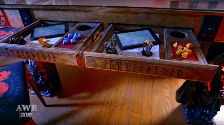 O programa norte-americano Super Fan Builds cria objetos especiais para super fãs. Nesse episódio, o time criou a mesa mais incrível, inspirada em Dungeons & Dragons. As pernas mostram o Rei Hekaton em batalha com um gigante; o logo de D&D está entalhado nas bordas da mesa; há um monitor que mostra mapas, e o que mais que o Mestre quiser apresentar aos jogadores; há espaço para fichas, dados, sua taça com hidromel; e mais.