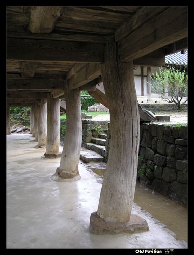 Andong Byeongsan Seowon 안동 병산서원 安東屛山書院 is a seowon located in the neighborhood of Byeongsan-dong, Yecheon-myeon in the city of Andong, North Gyeongsang Province, South Korea. Seowon is a type of local academy during the Joseon Dynasty (1392–1897).