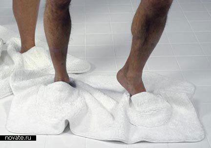 Коврик с тапками  Все ли из нас пользуются шлёпанцами дома, выходя из ванной? Многим наверняка это не нравится. А ведь полотенце на пол не будешь бросать, чтобы на него встать. Хотя, если есть специальное полотенце…    ванная, полотенце, коврик
