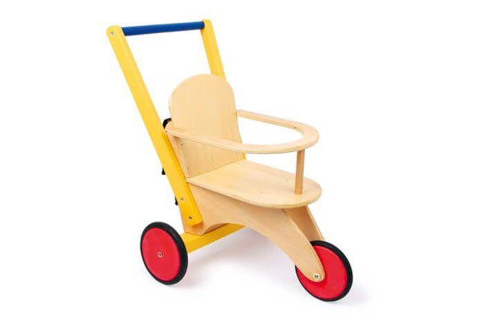 Dit snelle voertuig voor poppen is van massief hout en multiplex stevig vervaardigd! Een vaste tas (ca. 18 x 17 cm) met klittenbandsluiting biedt plaats aan een aantal accessoires van de poppenmoedertjes en de rubberringen aan de wielen zorgen voor zachte loopgeluiden.
