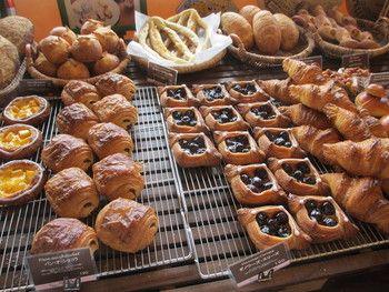 モンペシェミニョンは、フランスパンで有名なビゴの店の姉妹店なんです!なので、フランスパンやフランス仕様のどっしりしたパンやデニッシュなどがたくさんあります!