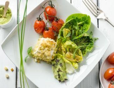 Salatherzen mit Ofen-Paradeisern, Avocado und Ziegenkäse