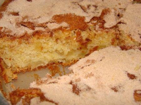 Receita de Bolo de Maça - bolo e descobri que não tinha óleo o suficiente. Ficou muito bom mesmo assim :) Coloquei uma colher de canela na massa e o bolo ficou muito...
