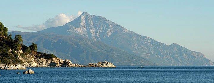 Olümposz Hegy  Az Olümposz Görögország legmagasabb hegysége, amely az ország északi részén, Thesszália és Makedónia határán emelkedik. A legújabb mérések alapján 2918,8 méteres magasságával Hellász legmagasabb hegye és egyike Európa legmagasabb csúcsainak is. A görög mitológia szerint az istenek otthona.