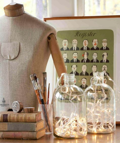Crea una sencilla luz de mesa  Busca un frasco de vidrio transparente que te guste. Si vas a reutilizar, asegúrate de que esté bien limpio y seco. Llénalo con una tira de luces navideñas para obtener una sencilla y bella luz cálida para colocar en la mesa!! :)