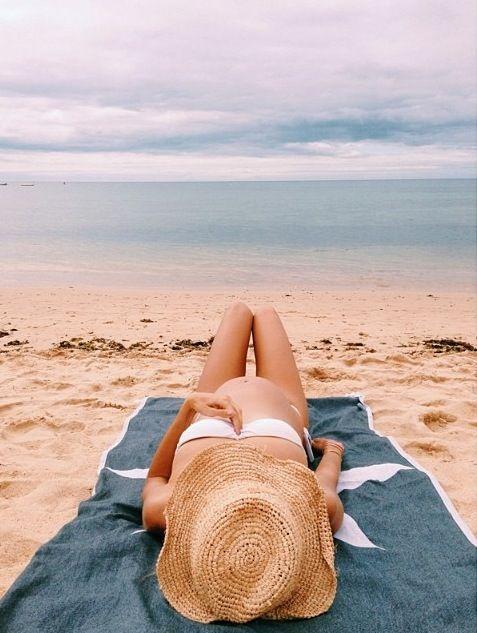 Beach maternity photo idea. Courtesy of Blog da Carlota. #maternity #togally