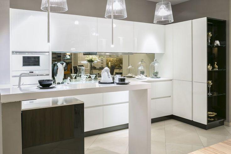 Белые стеклянные фасады серии MURANO составляют главное украшение этой минималистичной кухни Bauformat. Стеклянные фасады, произведенные на фабрике Bauformat долговечны, безопасны и прекрасно ведут себя даже при эксплуатации. Специальное покрытие предохраняет поверхности фасадов от загрязнений, при необходимости стекло очень легко моется #bauformat