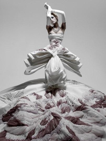 This dress looks very three-dimensional feeling I like gorgeous dress.
