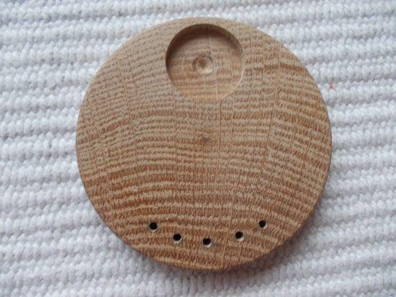 Pyöreä täytettävä korupohja,puutyö, puuesine, puukoru, puutuote, puutyö, puutarvike, korupohja, kapussipohja, täytettävä korupohja riipus, korupohja koruharsitöihin, puinen korupohja, puinen harrastustarvike, askartelutarvike, ripuspohja, Siihen mahtuu  20 mm kuva, tekstiilityö tai kapussi . Alhalla on viisi reikää Halkaisijaltaan: 63 mm   https://www.etsy.com/listing/185401838/1-p-50-mm-unfinished-wooden?ref=related-0