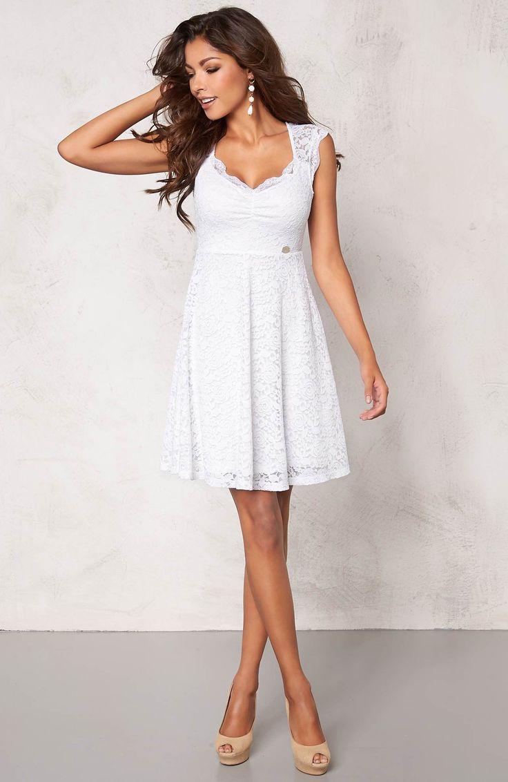 Śliczna, koronkowa sukienka w kolorze białym, marki Chiara Forthi. Idealna na letnie przyjęcie! 199 zł na http://www.halens.pl/moda-damska-nowosci-13895/sukienka-554195