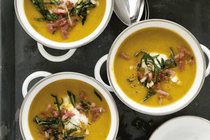 Door de salie-spekjes krijgt deze warmmaker een mediterraan tintje. De zachte ricotta maakt de soep lekker romig - Recept - Pompoensoep met salie en spek - Allerhande
