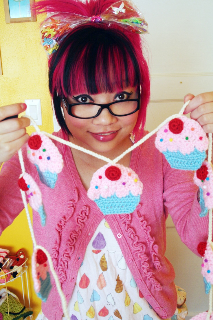 How to crochet a cupcake garland (tutorial by Twinkie Chan)