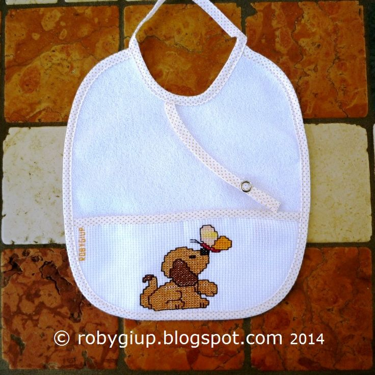 Bavaglino ricamato a punto croce con un bel cagnolino che gioca con una farfalla - Cross-stitched bib with a cute puppy playing with a butterfly - RobyGiup handmade