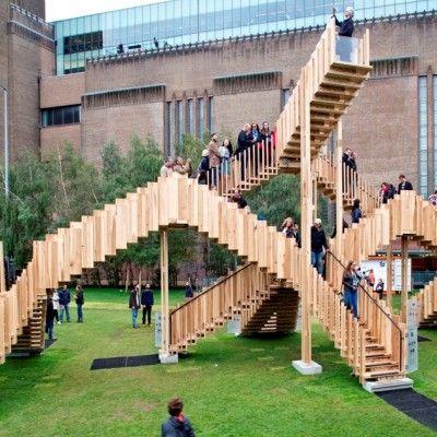 Jakiś czas temu prezentowaliśmy projekt Endless Stair, który miał stanąć w Londynie. Dziś mamy możliwość zaprezentować Państwu zdjęcia z realizacji. Instalacja Endless Stair to surrealistyczna kompozycja schodów wykonanych z tulipanowca amerykańskiego, która jest atrakcją tegorocznego Festiwalu Designu w Londynie przed słynną galerią Tate Modern. http://www.sztuka-krajobrazu.pl/601/slajdy/przestrzen-publiczna-endless-stair