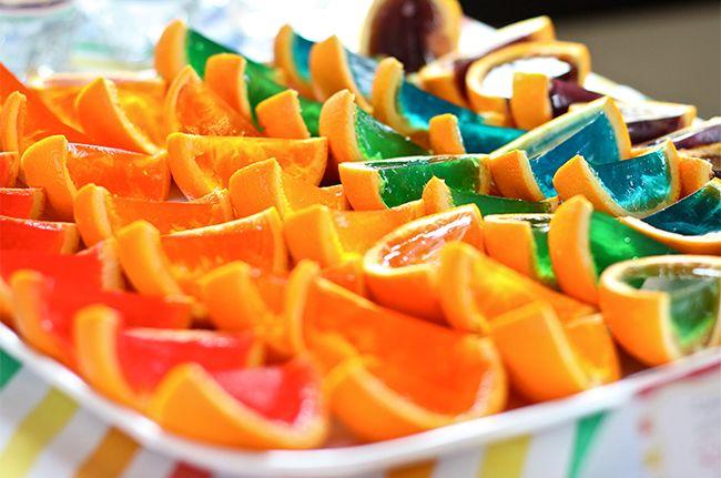 Gelatinas coloridas na casca de laranja, um tom de arco-íris na mesa de comidas!!