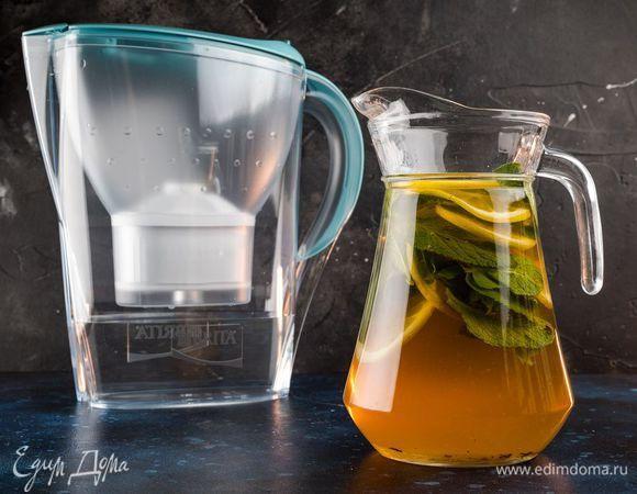 Холодный летний чай с мятой и лимоном . Ингредиенты: вода, чай черный, мед