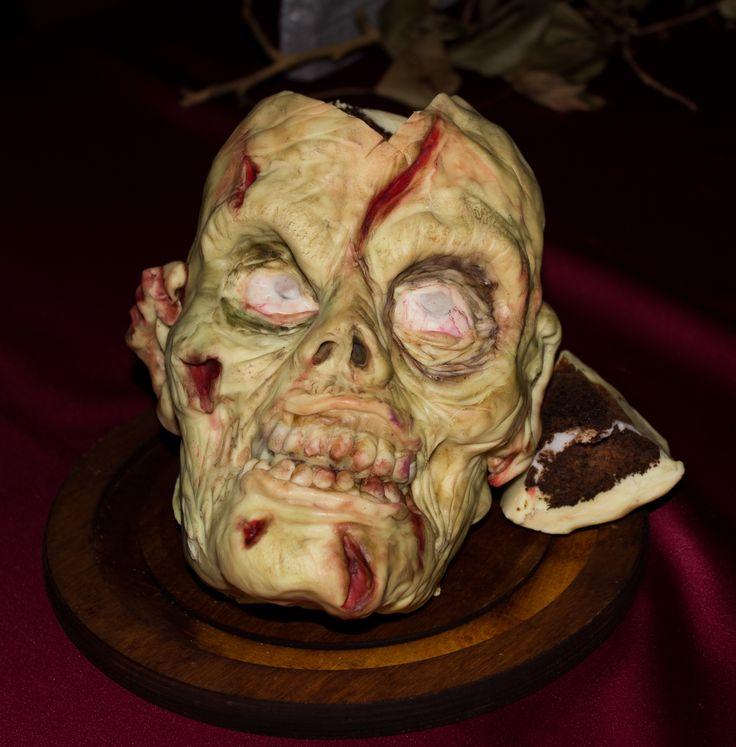 La torta Zombie: interno di cioccolato decorato con pasta di zucchero